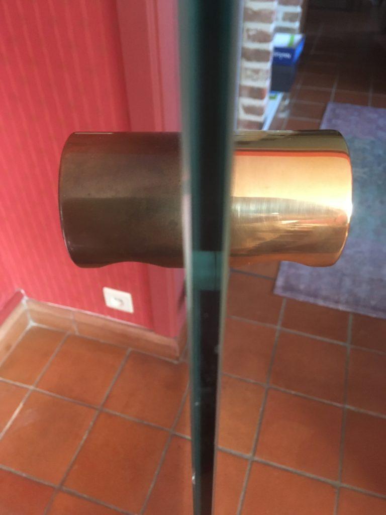 Clinches de porte nettoyée avec du Triomf